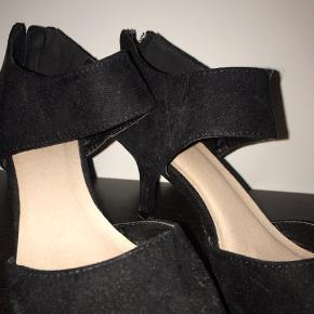 Brugt 1 gang til galla i få timer under spisning, så skoene er i perfekt stand!
