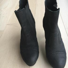 Varetype: Heels Farve: Sort Prisen angivet er inklusiv forsendelse.  Behagelige støvler på gummisål