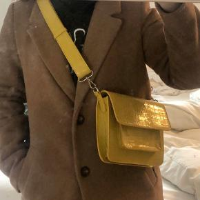 Rigtig sød Hvisk taske. Perfekt til efteråret i en flot karry gul 💛  Helt ny!!!