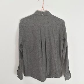 Buttondown skjorte i lækker, kraftig bomuldskvalitet. Kun brugt få gange. Nypris 600 kr. #trendsalesfund  Måler 51 cm over brystet og 64 cm i længden.