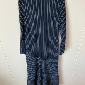 Super flot silke kjole fra Ganni  Kjolen er kun brugt et par gang meget sparsomt  Den har derfor ingen brugstegn, men mærket i nakken er klippet af. Dog har den stadig vaskemærke, som viser Ganni, materiale, størrelse etc.   Jeg sælger den billigt, da jeg ikke får den brugt