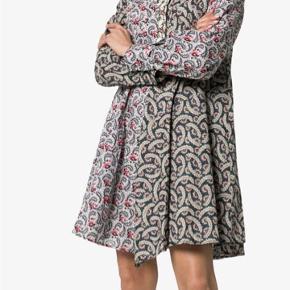 issande-kjole med kontrast tryk Lissande-kjole med kontrast tryk fra Isabel Marant Étoile med en rund hals, lange ærmer, knapopslag og et a-snit.