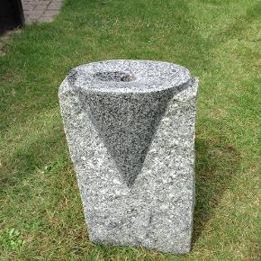 Varetype: Springvand/Vandsten:kræmmerhus Størrelse: 50 cm Farve: Granit Oprindelig købspris: 1899 kr.  Springvand/vandsten i granit, formet som kræmmerhus  Fået i gave,men aldrig brugt....da vi har et andet.  Giv et realistisk bud...  Betaling via mobilpay,ved tspay betaler køber gebyr  Kan med fordel hentes..