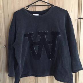 """Wood Wood """"Hope"""" Sweatshirt  Str. M Nypris 1.000,-"""