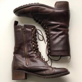 Fine støvler i brunt læder med snører  Brugt men gode  Se også mine andre annoncer 😊