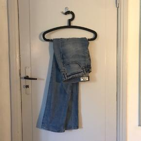 Virkelig lækre Acne Studios jeans, lavet i høj kvalitet, og de er i god stand! Størrelse 33/32 Send en besked og tjek mine andre annoncer :)
