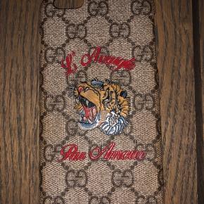 Mega fint cover fra Gucci til en IPhone 6s plus. Der medfølger kasse samt tags.  Det er brugt hvilket det bærer præg af i kanterne på den indvendige side, som der altid sker med Gucci covers, ellers er der ikke det helt store. Se evt billeder.  Obs! Det ser mørkt ud i kanten hele vejen rundt, men sådan ser det altså IKKE ud irl.  Sender gerne flere billeder:)   Nypris var 1400,-