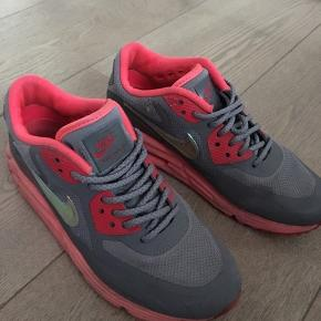 Der er ingen skader, de er så gode som nye, de er grå og lyserøde :D meget behagelige at gå i og godt mærke! De blev købt til 900 kr. Men BYD gerne på en pris