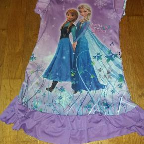 Skøn natkjole med Anna og Elsa fra Frost.  Lækker blød kvalitet