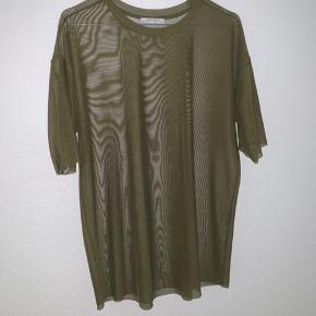 Sælger min grønne gennemsigtige trøje fra Zara. Den er i str medium og kun brugt en gang til introfest på mit gamle gym. Trøjen fremstår som ny. Skriv for flere billeder eller hvis du har et bud.