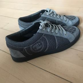 Chanel Sneakers i blå og grå nuancer.  Købt på Vestiaire Collective.