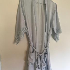 Lyseblå kimono fra Primark. Flotte ærmer med blonder.