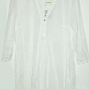 Hvid ny let tunika fra H&M i str 42/44, brystvidde 51 cm, længde fra ærmegab 58  cm. Stoffet er i 100% organic cotton