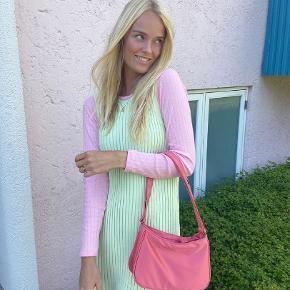 Smukkeste taske i den smukkeste farve. Kan indeholde meget og er derfor den optimale hverdagstaske💓