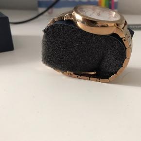 Et fedt ur fra Marc Jacobsen, købt i en af hans butikker i London. Normal pris: 1.879 kr.  Mp: 550.  Uret er flot nogle få ridser man ikke kan se men ellers i god stand.