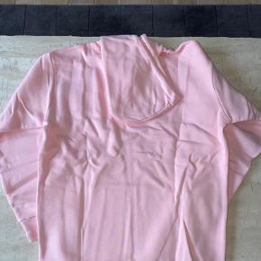 Better bodies hoodie i str medium sælges. Ny med tags.  Har al al alt for meget træningstøj, så sælger lidt ud 😊  Nypris 800,-