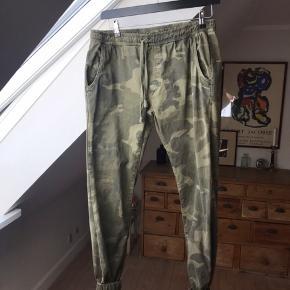 Camouflage bukser i kraftig bomuld. Brugt få gange.