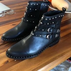 Støvler fra Berenice, købt i butikken i st. Tropez for 2800kr. Aldrig brugt.