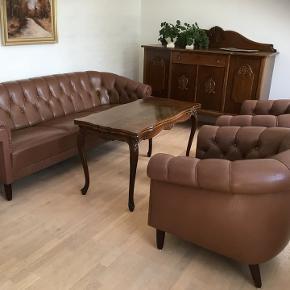 sofagruppe, læder, 3 pers. , Chesterfield  Fin og enkel sofagruppe i kraftigt nougat/brun læder. Der er lettere farvedifferene på grund af for meget lys. Kan shines op med grundrengøring og farvet læderfedt.