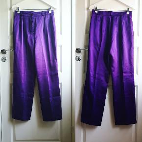 Drømme satin bukser, som er desværre for store til mig. Længde 105, talje 78. Str. 40, men de ville nok være gode til 38 også.