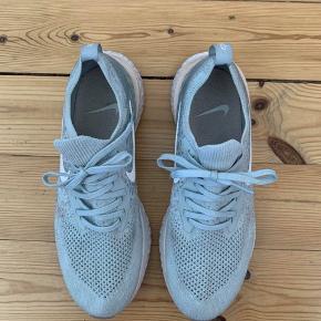 Nike react Flyknit Str. 42,5 (US 10.5) Mint grønne/lyse blå med lyserød kant  Brugt få gange, rigtig fin stand - lidt atletikbane røde på sålen, men bør hurtigt slides af.   Nypris: 130 euro