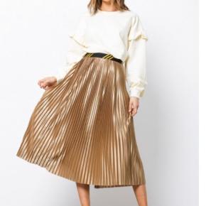 Smuk smuk plisseret nederdel. Brug den med tshirt og skindjakke for er afslappet look eller med en fin overdel for et mere fint udtryk.  Bytter desværre ikke..