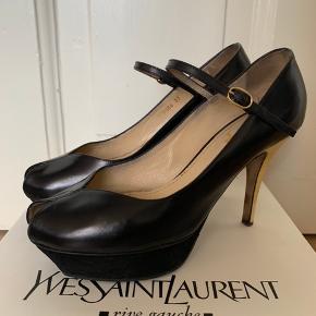 Smukke Yves Saint Laurent stillett med plateau i sort læder + suede med off-white farvet lak hæle. Brugt og passet godt på. Der medfølger original æske og dust bag. Spørg gerne efter flere billeder.