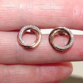 Flotte diamant øreringe i rosa og hvidguld. Der er 19 små ægte diamanter i hver ørering og de er i 9 karat guld.