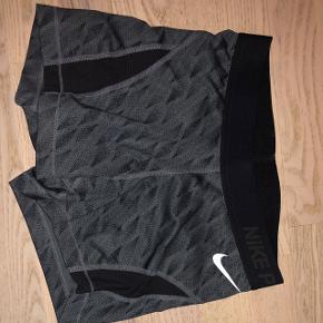 Nike Pro shorts med fedt mønster. Brugt få gange. Fitter xs-s