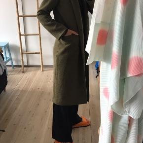 Lækker frakke i slidstærkt materiale fra monki Næsten ikke brugt ingen slidmærker 🐍