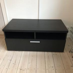 Sort TV-bord med skuffe og to rum sælges.B:95 L:49 H:42 Fejler intet