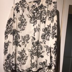 Sælger denne blomstrede skjorte str.M