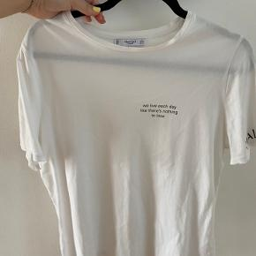Hvid bluse med print, kun brugt få gange 🤍