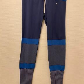 Stretchy sportsleggings i blå farver, der kan bindes i livet.  Skriv til mig, hvis du vil købe for 200kr eller mere, så er der gratis fragt! Kan også afhentes gratis✨
