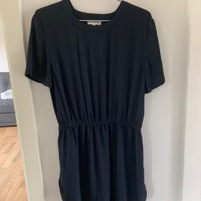 Mørkeblå sommer kjole. Næsten ikke brugt. Midi længde (lige over knæet) prisen er eks Porto
