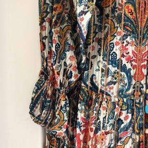 Fin rummelig kjole som aldrig er brugt. Handler kun Ts og bytter ikke.
