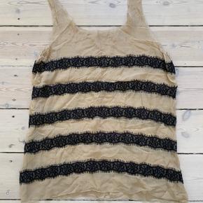 Super fin see-through top i beige med smukke sorte blonde strip.  Længden er ca. til lysken.  Der er ikke stretch i.