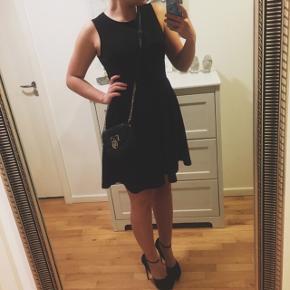 • Supersød og enkel sort kjole med skjulte lommer 🖤 • Kun brugt 1 gang • Nypris 450,- • Sender med DAO