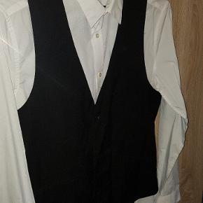 Fejl køb.  Mærket klippet af, men aldrig brugt.  Satin på ryg samt spændebånd.   Skjorten er også til salg på anden annonce.