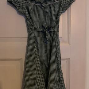 Denne kjole er kun brugt et par gange, så den er i super god stand!