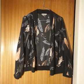 """Smuk tynd """"jakke"""" fra Creme Fraiche, brugt få gange. Passer en str. S og M"""