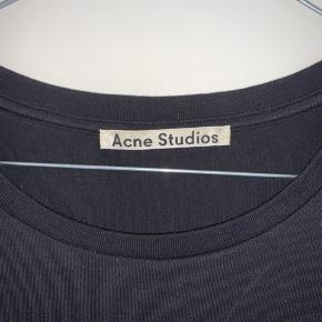 Sælger denne næsten ubrugte Acne Studios tee, da den ikke bliver brugt. Super fed basic tee, i sort. Lækker kvalitet og et must have i sin kollektion af basic tøj. Går godt til alt.  Købt in-store i STOY.  Fitter som en Large  Skriv pb for flere billeder.