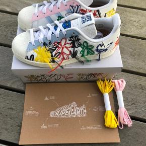 """Addidas X Sean Wotherspoon """"Super Earth"""" 🌎  En sko der er lavet af genbrugsmaterialer, og som er så bæredygtig som overhovedet muligt. ♻️  Str 41 1/3👟  Skoene er helt nye med prismærke på. Der medfølger også gule og lyserøde snørebånd🤗  Skriv privat hvis du har nogle spørgsmål🙂  God dag🤩"""