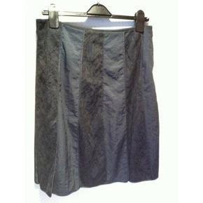 Flot og smart nederdel med mange detaljer fra  Day Birger et Mikkelsen   Str. 38  Livvidde 2x38 cm Længde ca. 58,5 cm  Standen er flot!!  Bytter ikke!