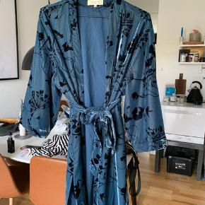 Smuk kimono fra Selected Femme. Snoren til at holde bæltet er gået op i venstre side, men kan sagtens laves eller bæltet kan bruges uden snoren ✌🏻  Np: 600kr