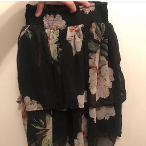 Fin nederdel med elastik ved mave. Rigtig fin stand.