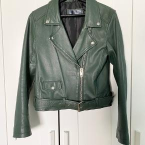 Jeg sælger denne her mega smukke MEOTINE biker jakke, da jeg har nogle andre som jeg går mere med. Den er købt over Trendsales. Den er i super god stand, og fejler ingenting. Der er dog et hak i metallet ved bæltet, som kan ses på billede 3, men dette ses slet ikke medmindre man er helt tæt på. Jeg er normalt en S/M, og passer en L helt perfekt :) det er 100% ægte læder!