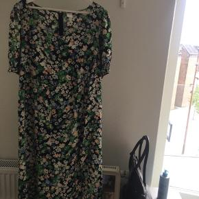 Må indse at kjolen desværre er lidt for stor til mig!   Ellers let og lækker kjole med pufærmer og slids.