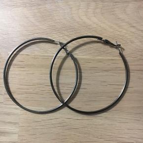 Store overfladebehandlet sølv hoops, en mørk grå farve. Måler 7,5 i diameter