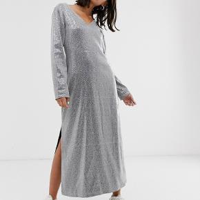 Sælger Hosbjerg glimmer kjole str S, ubrugt med prismærke :)